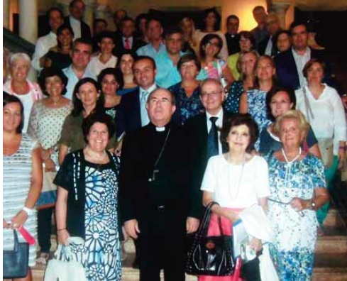 Monseñor Asenjo junto al grupo que comienza Proyecto Raquel en Sevilla